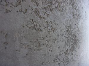 Tonputzwand von Emoton in Grau mit Effekt in Nahaufnahme