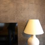 Tonputzwand von Emoton mit floralem Muster und Lampe