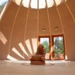 Tonputzwand von Emoton in hellem Braun in Meditationsraum im Seminarzentrum Freedom