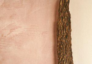 Tonputzwand von Emoton in hellem Apricot mit Ast