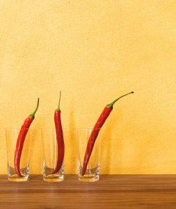 Tonputzwand von Emoton in Gelb mit Peperoni im Glas